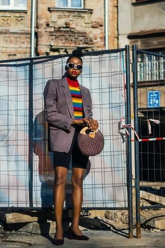 Cómo combinar: blazer de rayas verticales en gris oscuro, jersey de cuello alto de rayas horizontales en multicolor, mallas ciclistas negras, zapatos de tacón de cuero negros