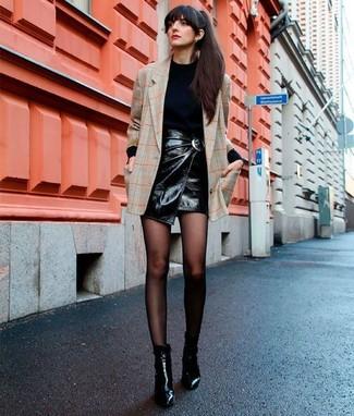 Cómo combinar: blazer a cuadros en beige, jersey de cuello alto negro, minifalda de cuero negra, botines de cuero negros