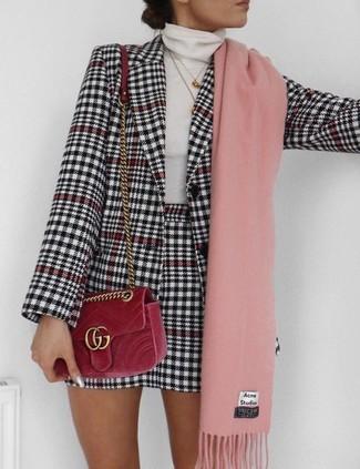 Cómo combinar: blazer de pata de gallo en blanco y negro, jersey de cuello alto blanco, minifalda de pata de gallo en blanco y negro, bolso bandolera de terciopelo rojo