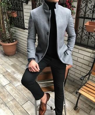 Cómo combinar: blazer de lana gris, jersey de cuello alto negro, pantalón chino negro, mocasín con borlas de cuero marrón