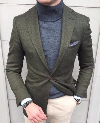 Cómo combinar: blazer de lana verde oliva, jersey de cuello alto gris, pantalón chino en beige, pañuelo de bolsillo gris
