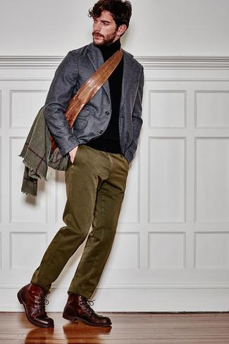Cómo combinar una mochila de cuero marrón: Un blazer de lana en gris oscuro y una mochila de cuero marrón son una opción muy buena para el fin de semana. Usa un par de botas casual de cuero burdeos para mostrar tu inteligencia sartorial.