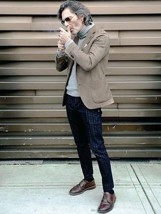Look de moda: Blazer marrón, Jersey de cuello alto de lana gris, Pantalón chino de pata de gallo azul marino, Zapatos derby de cuero marrónes