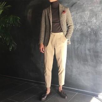 Un mocasín con borlas de vestir con un pantalón chino marrón claro: Usa un blazer de pata de gallo marrón claro y un pantalón chino marrón claro para lograr un estilo informal elegante. Agrega mocasín con borlas a tu apariencia para un mejor estilo al instante.