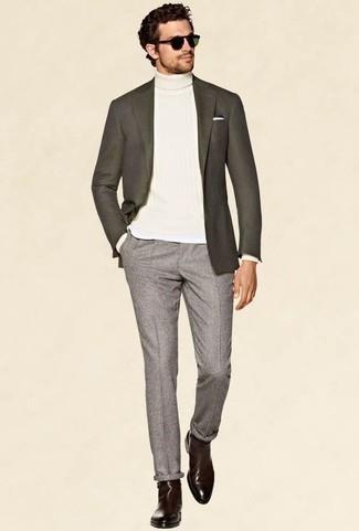 Cómo combinar un pantalón chino gris: Ponte un blazer en gris oscuro y un pantalón chino gris para después del trabajo. Con el calzado, sé más clásico y opta por un par de botines chelsea de cuero burdeos.