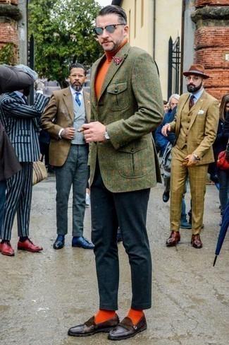 Cómo combinar unos calcetines naranjas: Considera emparejar un blazer de lana a cuadros verde oliva con unos calcetines naranjas para un look agradable de fin de semana. Haz mocasín de cuero сon flecos en marrón oscuro tu calzado para mostrar tu inteligencia sartorial.