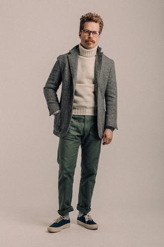Cómo combinar un blazer de lana gris: Considera ponerse un blazer de lana gris y un pantalón chino verde oscuro para lograr un estilo informal elegante. Si no quieres vestir totalmente formal, haz tenis de lona azul marino tu calzado.