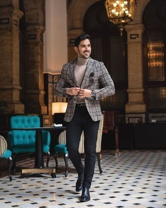Cómo combinar un blazer de tartán gris: Utiliza un blazer de tartán gris y un pantalón chino negro para el after office. Con el calzado, sé más clásico y opta por un par de botines chelsea de cuero negros.