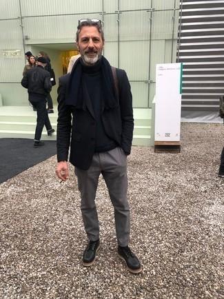 Moda para hombres de 50 años: Para un atuendo que esté lleno de caracter y personalidad intenta ponerse un jersey de cuello alto de lana azul marino.