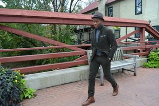 Cómo combinar: blazer de algodón verde oliva, jersey de cuello alto celeste, pantalón chino verde oliva, botas casual de cuero marrónes