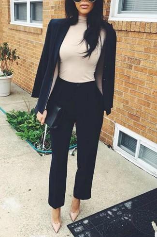 Cómo combinar: blazer negro, jersey de cuello alto en beige, pantalón de pinzas negro, zapatos de tacón de cuero en beige