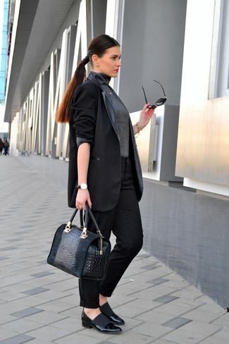 Cómo combinar: blazer de cuero negro, jersey de cuello alto en gris oscuro, pantalón de vestir negro, zapatos de tacón de cuero negros