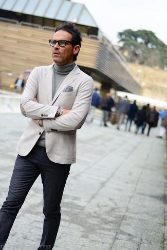 Cómo combinar: blazer gris, jersey de cuello alto gris, pantalón de vestir en gris oscuro, pañuelo de bolsillo estampado gris