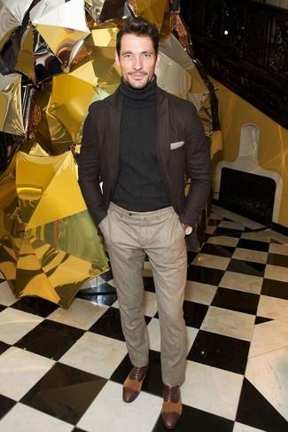 Look de David Gandy: Blazer de Lana en Marrón Oscuro, Jersey de Cuello Alto Negro, Pantalón de Vestir de Lana en Beige, Zapatos Oxford de Cuero en Marrón Oscuro