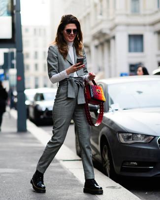 Cómo combinar: blazer de tartán gris, jersey de cuello alto blanco, pantalón de vestir de tartán gris, botas planas con cordones de cuero negras