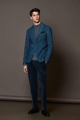 Cómo combinar: blazer de lana de tartán azul marino, jersey de cuello alto de punto gris, pantalón de vestir de pana azul marino, mocasín con borlas de cuero negro
