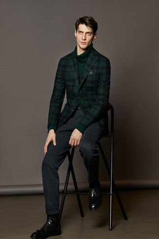Cómo combinar: blazer de lana de tartán verde oscuro, jersey de cuello alto verde oscuro, pantalón de vestir azul marino, botas formales de cuero negras