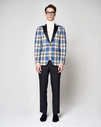 Cómo combinar: blazer de tartán azul, jersey de cuello alto blanco, pantalón de vestir negro, mocasín con borlas de terciopelo negro