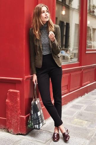 Cómo combinar: blazer de algodón marrón, jersey de cuello alto gris, pantalón de vestir negro, mocasín de cuero marrónes