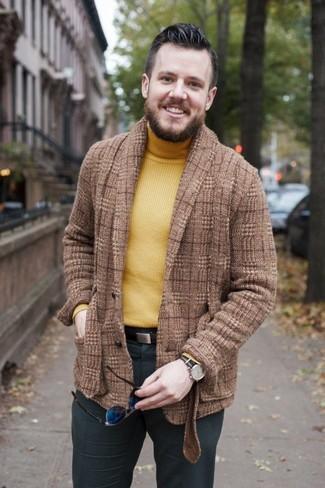 Cómo combinar: blazer de lana de tartán marrón, jersey de cuello alto amarillo, pantalón de vestir en gris oscuro, correa de cuero en marrón oscuro