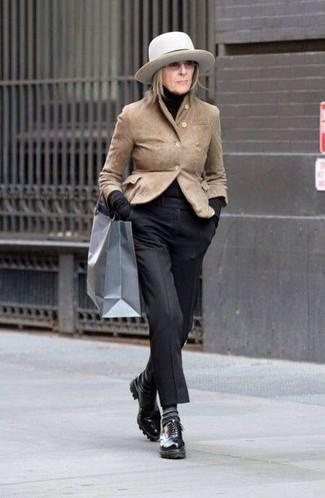 Cómo combinar un sombrero: Para un atuendo tan cómodo como tu sillón empareja un blazer de ante marrón claro con un sombrero. Complementa tu atuendo con zapatos oxford de cuero negros para destacar tu lado más sensual.