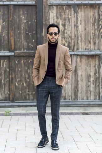 Cómo combinar: blazer de lana marrón claro, jersey de cuello alto negro, pantalón de vestir de lana a cuadros en gris oscuro, zapatos con doble hebilla de cuero negros