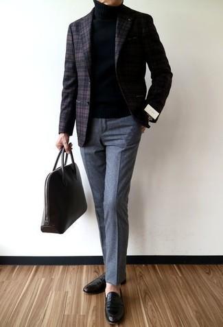 Cómo combinar: blazer de lana de tartán en marrón oscuro, jersey de cuello alto negro, pantalón de vestir de lana gris, mocasín de cuero negro