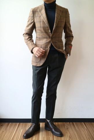 Cómo combinar: blazer de lana a cuadros marrón, jersey de cuello alto negro, pantalón de vestir negro, zapatos derby de cuero en marrón oscuro