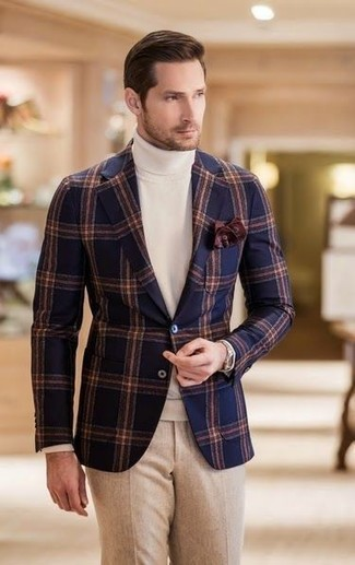 Cómo combinar: blazer de lana a cuadros azul marino, jersey de cuello alto blanco, pantalón de vestir de lana en beige, pañuelo de bolsillo en marrón oscuro