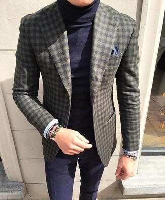 Cómo combinar: blazer de lana a cuadros verde oliva, jersey de cuello alto azul marino, pantalón de vestir azul marino, pañuelo de bolsillo estampado azul marino