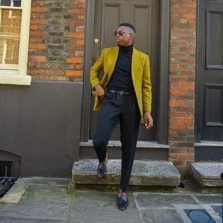 Cómo combinar: blazer mostaza, jersey de cuello alto negro, pantalón de vestir negro, mocasín con borlas de cuero negro