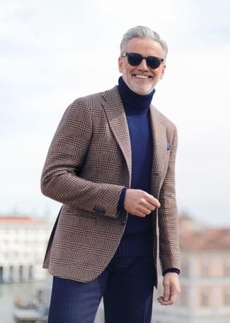 Cómo combinar: blazer de tartán marrón, jersey de cuello alto azul marino, pantalón de vestir azul marino, pañuelo de bolsillo azul marino