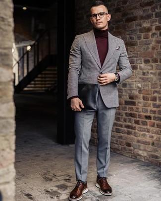 Cómo combinar: blazer de lana de cuadro vichy gris, jersey de cuello alto burdeos, pantalón de vestir gris, zapatos brogue de cuero marrónes