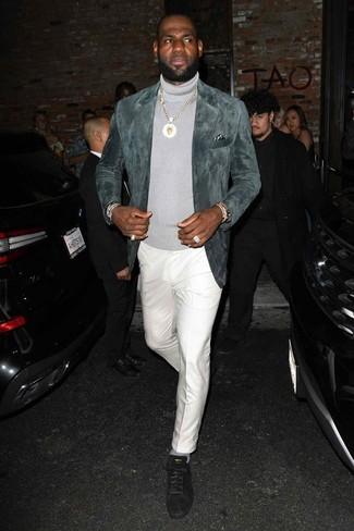 Cómo combinar: blazer de ante gris, jersey de cuello alto gris, pantalón de vestir blanco, tenis de ante negros