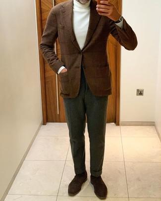 Cómo combinar un jersey de cuello alto blanco: Utiliza un jersey de cuello alto blanco y un pantalón de vestir verde oscuro para rebosar clase y sofisticación. Zapatos derby de ante en marrón oscuro son una opción estupenda para completar este atuendo.