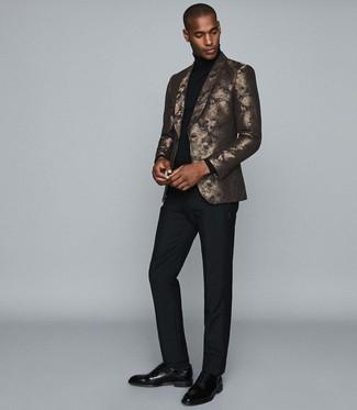 Cómo combinar: blazer estampado dorado, jersey de cuello alto negro, pantalón de vestir negro, zapatos oxford de cuero negros