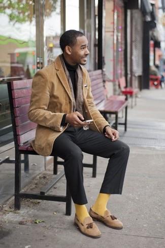 Cómo combinar un blazer con un mocasín con borlas: Usa un blazer y un pantalón de vestir en gris oscuro para un perfil clásico y refinado. Mocasín con borlas son una opción inigualable para complementar tu atuendo.