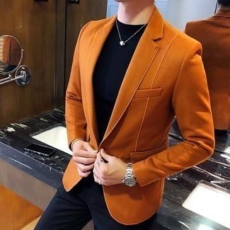 Cómo combinar un reloj plateado: Un blazer de ante naranja y un reloj plateado son una opción inmejorable para el fin de semana.