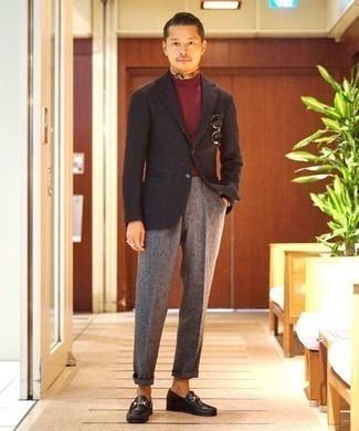 Cómo combinar un jersey de cuello alto burdeos: Elige un jersey de cuello alto burdeos y un pantalón de vestir de lana gris para un perfil clásico y refinado. Este atuendo se complementa perfectamente con mocasín de cuero negro.