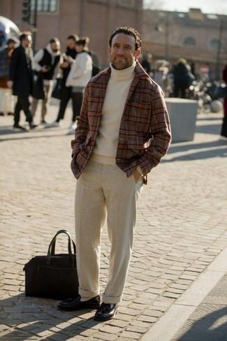 Cómo combinar un pantalón de vestir de lana en beige: Ponte un blazer de lana de tartán burdeos y un pantalón de vestir de lana en beige para rebosar clase y sofisticación. Mocasín con borlas de cuero negro son una opción muy buena para completar este atuendo.