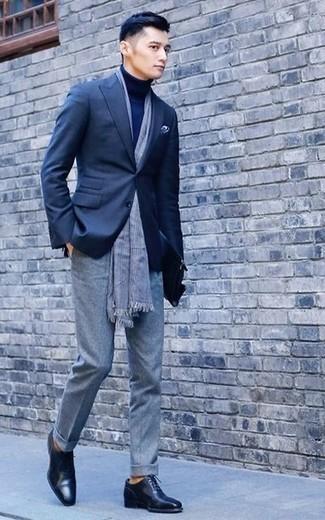 Cómo combinar un pantalón de vestir de lana gris estilo elegante: Elige un blazer azul marino y un pantalón de vestir de lana gris para una apariencia clásica y elegante. Zapatos oxford de cuero negros son una opción estupenda para completar este atuendo.