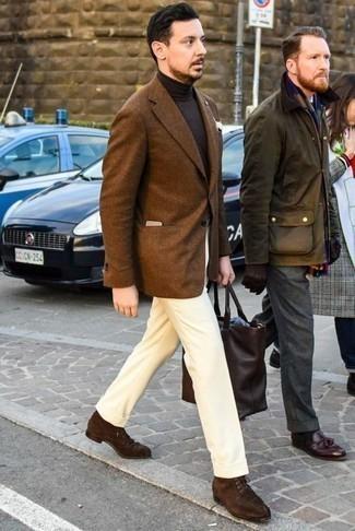 Cómo combinar un jersey de cuello alto en marrón oscuro: Accede a un refinado y elegante estilo con un jersey de cuello alto en marrón oscuro y un pantalón de vestir amarillo. ¿Quieres elegir un zapato informal? Elige un par de botas casual de ante en marrón oscuro para el día.