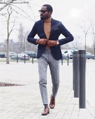 Cómo combinar un jersey de cuello alto marrón claro: Utiliza un jersey de cuello alto marrón claro y un pantalón de vestir gris para rebosar clase y sofisticación. Dale onda a tu ropa con zapatos oxford de cuero marrónes.
