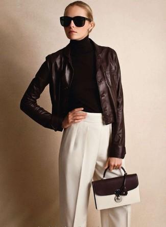 Look de moda: Blazer de cuero en marrón oscuro, Jersey de cuello alto en marrón oscuro, Pantalón de vestir blanco, Bolso de hombre de cuero en marrón oscuro
