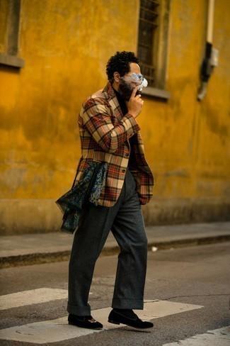 Cómo combinar un blazer de tartán marrón claro: Ponte un blazer de tartán marrón claro y un pantalón de vestir de lana en gris oscuro para rebosar clase y sofisticación. Mocasín de terciopelo bordado negro son una opción incomparable para completar este atuendo.