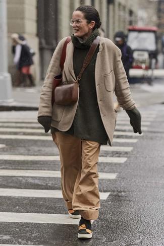 Cómo combinar: blazer de lana en beige, jersey de cuello alto de punto verde oscuro, pantalones anchos marrón claro, zapatillas slip-on de lona en multicolor
