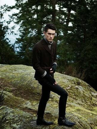 Perfecciona el look casual elegante en un blazer de lana marrón y unos vaqueros negros. Completa el look con botas de cuero negras.