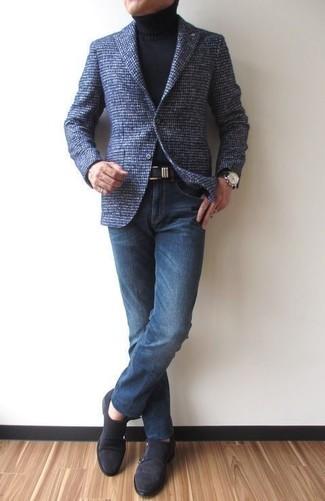 Cómo combinar: blazer de lana azul marino, jersey de cuello alto negro, vaqueros azul marino, zapatos con doble hebilla de ante negros