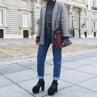 Cómo combinar: blazer de tartán gris, jersey de cuello alto en gris oscuro, vaqueros azules, sandalias de tacón de ante gruesas negras