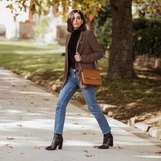 Cómo combinar: blazer estampado marrón, jersey de cuello alto negro, vaqueros azules, botines de cuero negros